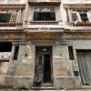 (((ACOMPAÑA CRÓNICA:CUBA-REFORMAS ))) HAB08 LA HABANA (CUBA) 09/07/11.- Un hombre permanece sentado en la puerta de un viejo edificio de apartamentos en La Habana, hoy sábado 09 de julio de 2011. Los problemas de la vivienda han sido durante décadas una